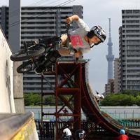 BMXやスケートボードを楽しむ人たち。奥は東京スカイツリー=東京都足立区で2019年5月19日、佐々木順一撮影