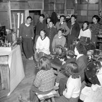 職場でテレビに見入る人たち。1951年10月、NHK砧技術研究所の試験電波がテレビ第1像を送り、毎週金、土曜日に1日3時間映画を放送していた。電波が届くのは100㌔程度。受像機は手作りしても15、6万円はかかった=浦和市(現さいたま市)の無線会社で1952年(昭和27年)2月