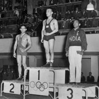 レスリング・フリースタイル・バンタム級で金メダルを獲得し表彰台に上った石井庄八選手=フィンランド・ヘルシンキで1952年(昭和27年)、安保久武特派員撮影