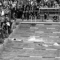 競泳男子800㍍(200㍍X4)自由形リレー決勝で日本のアンカー谷川禎次郎選手は2位でゴール(4コース)、5コースは金メダルの米国ジェームス・マクレーン選手=フィンランド・ヘルシンキで1952年(昭和27年)7月29日、安保久武特派員撮影