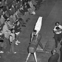 体操競技跳馬で銀メダルを獲得した竹本正男選手=フィンランド・ヘルシンキで1952年(昭和27年)7月21日、安保久武特派員撮影