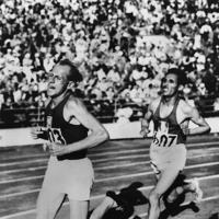 陸上男子1万㍍決勝でゴールに猛進するチェコスロバキアのザトペック選手(左)。右はフランスのミムン選手=フィンランドのヘルシンキで1952年(昭和27年)7月27日、UP特約