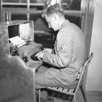タイプライターを打つことによって競技場のスコアボードに文字が表示される=フィンランド・ヘルシンキ、オリンピックスタジアムで1952年(昭和27年)6月、安保久武特派員撮影