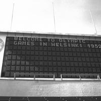 タイプライターで打たれた文字が表示されたオリンピック競技場のスコアボード=フィンランド・ヘルシンキ、オリンピックスタジアムで1952年(昭和27年)6月、安保久武特派員撮影