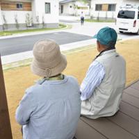 完成した復興住宅の縁側に座り話をする遠藤弘子さん(左)と富一さん=福島県大熊町大川原地区で2019年5月31日、渡部直樹撮影