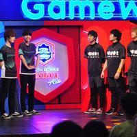 【クラロワリーグ アジア2019】勝負が待ちきれないのか、入場から笑顔が絶えないゲームウィズ(左)とポノスの選手たち=ソウルのOGN・eスタジアムで2019年6月1日、スーパーセル提供