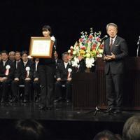 信州大学70周年式典で名誉博士号を授与された池上彰さん=長野県松本市で