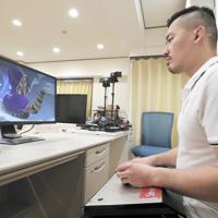 トレーニングに励むプロゲーマーの松本晃市郎さん=東京都新宿区で、吉田航太撮影