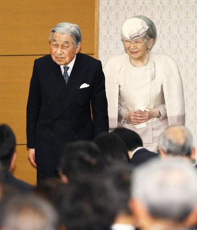 皇居外での最後の公務となった「第13回みどりの式典」への出席を終え、拍手の中、会場を出られる天皇、皇后両陛下(当時)=2019年4月26日、代表撮影