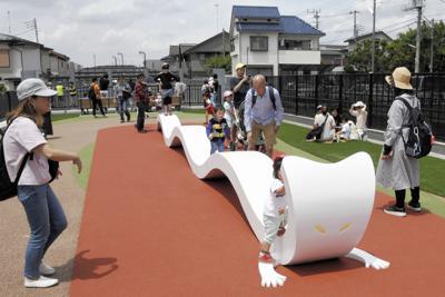 公園「鬼太郎ひろば」にある妖怪「一反木綿」のベンチ=東京都調布市提供