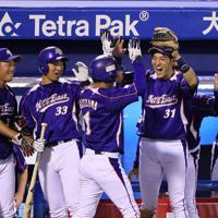 【NTT東日本ー明治安田生命】五回表NTT東日本2死一塁、越前の適時二塁打で生還した下川(中央)を迎え入れる向山(右)ら=神宮球場で2019年6月4日、吉田航太撮影