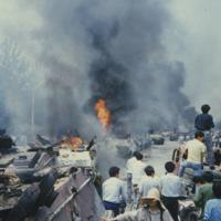 炎を上げる装甲車の列を見つめる市民ら=北京・復興門内大街で1989年6月4日、浜名晋一撮影
