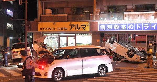 福岡市で車乗り上げ8…