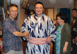 朝乃山(中央)と両親