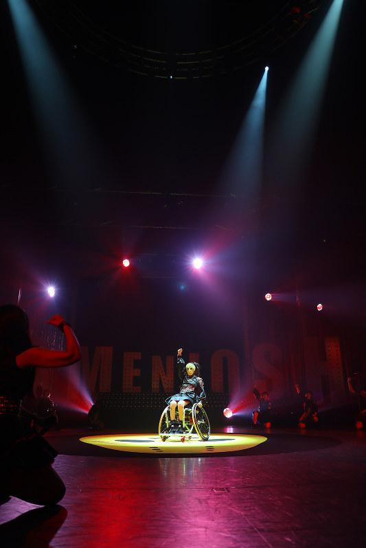 今年5月のワンマンライブでは車椅子でのパフォーマンスで見せ場を作った(アリスプロジェクト提供)