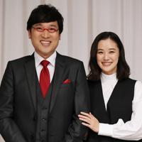 記者会見で結婚を発表し、笑顔を見せるお笑いコンビ「南海キャンディーズ」の山里亮太さん(左)と女優の蒼井優さん=東京都内のホテルで2019年6月5日午後8時6分、小川昌宏撮影