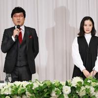 結婚発表の記者会見で笑顔を見せる女優の蒼井優さん(右)とお笑いコンビ「南海キャンディーズ」の山里亮太さん=東京都内のホテルで2019年6月5日午後7時26分、小川昌宏撮影