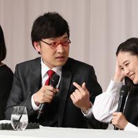 記者会見で結婚を発表するお笑いコンビ「南海キャンディーズ」の山里亮太さん(左)と女優の蒼井優さん=東京都内のホテルで2019年6月5日午後7時3分、小川昌宏撮影