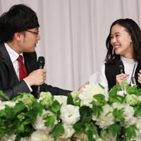 記者会見で結婚を発表するお笑いコンビ「南海キャンディーズ」の山里亮太さん(左)と女優の蒼井優さん=東京都内のホテルで2019年6月5日午後7時5分、小川昌宏撮影