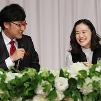 結婚発表の記者会見で笑顔を見せる女優の蒼井優さん(右)とお笑いコンビ「南海キャンディーズ」の山里亮太さん=東京都内のホテルで2019年6月5日午後7時33分、小川昌宏撮影