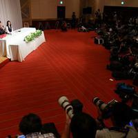 結婚を発表し、記者会見するお笑いコンビ「南海キャンディーズ」の山里亮太さん(左から2人目)と女優の蒼井優さん(同3人目)=東京都新宿区で2019年6月5日午後7時15分、小川昌宏撮影