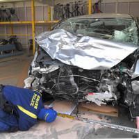 暴走し事故を起こした車を調べる鑑識官=福岡市早良区で2019年6月5日午前10時45分、徳野仁子撮影