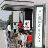 甲状腺検査に向かう子供たち=福島市の県立医大病院で2011年10月10日、安高撮影