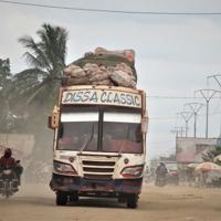 キサンガニの町を砂ぼこりを上げて走るバス=2019年2月(大仲幸作さん提供)