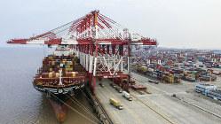 長期化する貿易戦争に中国はどう対応するか。写真は中国・上海沖合の洋山深水港(Bloomberg)