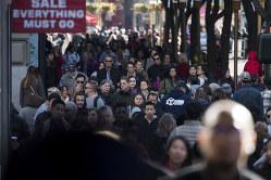 対中関税引き上げによる物価上昇は低所得者層に打撃だ(Bloomberg)