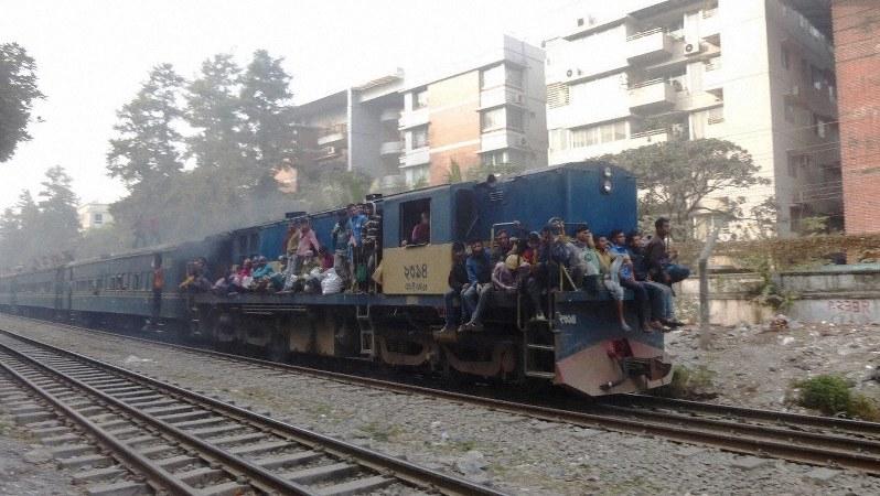 機関車の上や屋根の上にも大勢を乗せたダッカの列車(写真は筆者撮影)