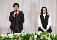 Comedian Ryota Yamasato and actress Yu Aoi announce their marriage at a press conference in Shinjuku Ward, Tokyo, on June 5, 2019. (Mainichi/Masahiro Ogawa)