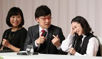Comedian Ryota Yamasato, center, and actress Yu Aoi, right, announce their marriage at a press conference in Shinjuku Ward, Tokyo, on June 5, 2019. Shizuyo Yamasaki, an actress, boxer and Yamasato's comedy partner, is sitting on the left. (Mainichi/Masahiro Ogawa)