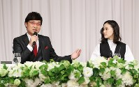 Comedian Ryota Yamasato and actress Yu Aoi, right, announce their marriage at a press conference held in Shinjuku Ward, Tokyo, on June 5, 2019. (Mainichi/Masahiro Ogawa)