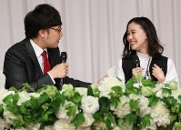 Comedian Ryota Yamasato and actress Yu Aoi, right, joke around at a press conference held to announce their marriage in Shinjuku Ward, Tokyo, on June 5, 2019. (Mainichi/Masahiro Ogawa)