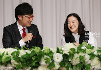 Comedian Ryota Yamasato and actress Yu Aoi are seen smiling at a press conference to announce their marriage, in Shinjuku Ward, Tokyo, on June 5, 2019. (Mainichi/Masahiro Ogawa)
