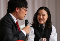 Actress Yu Aoi is seen smiling at a press conference to announce her marriage with comedian Ryota Yamasato, left, in Shinjuku Ward, Tokyo, on June 5, 2019. (Mainichi/Masahiro Ogawa)