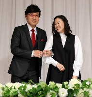 Comedian Ryota Yamasato and actress Yu Aoi link arms during a press conference to announce their marriage, held in Shinjuku Ward, Tokyo, on June 5, 2019. (Mainichi/Masahiro Ogawa)