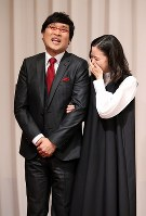 Actress Yu Aoi holds comedian Ryota Yamasato's arm during a press conference to announce their marriage, held in Shinjuku Ward, Tokyo, on June 5, 2019. (Mainichi/Masahiro Ogawa)
