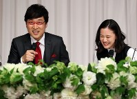 Comedian Ryota Yamasato and actress Yu Aoi smile at a press conference to announce their marriage, in Tokyo's Shinjuku Ward on June 5, 2019. (Mainichi/Masahiro Ogawa)