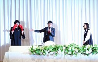 Comedian Ryota Yamasato, center, introduces Shizuyo Yamasaki, left, the matchmaker in his marriage to actress Yu Aoi, right, in a news conference to announce the marriage between Yamasato and Aoi, in Tokyo's Shinjuku Ward on June 5, 2019. (Mainichi/Masahiro Ogawa)