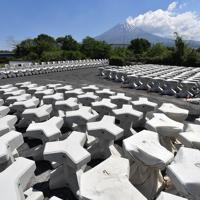富士山の噴火を想定して備蓄が始まった緊急対策用のコンクリートブロック。1個が3トンあり、高さは約170センチ、横幅は約170センチ。噴火時に無人機で移設して減災に役立てる=静岡県富士宮市で2019年5月24日、宮間俊樹撮影