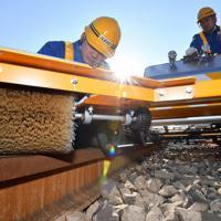 京王電鉄が昨年12月に導入した火山灰を取り除く専用カート=東京都八王子市で2019年1月28日、宮間俊樹撮影