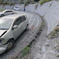 御嶽山が噴火し、湿った灰で車がスリップした6合目付近の道路=長野県木曽町で2014年9月27日、宮間俊樹撮影