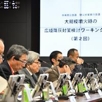 内閣府で開かれた富士山噴火時の首都圏での降灰対策の検討をするワーキンググループの様子=東京都千代田区で2018年12月7日、宮間俊樹撮影