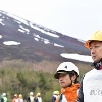 富士山の噴火を想定した避難訓練をする参加者ら=山梨県側の富士山5合目で2019年5月31日、宮間俊樹撮影