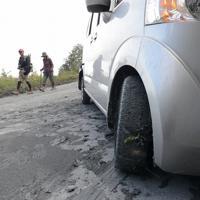 御嶽山が噴火し湿った灰が降り注いで車がスリップした6合目付近の道路=長野県木曽町で2014年9月27日、宮間俊樹撮影