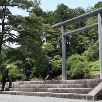 退位を報告するため、大正天皇陵へ向かわれる上皇さま=東京都八王子市で2019年6月6日午前11時45分、玉城達郎撮影