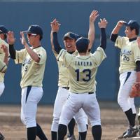【NTT西日本-日本新薬】近畿地区第3代表を決め、喜ぶNTT西日本の選手たち=大阪シティ信用金庫スタジアムで2019年6月6日、小出洋平撮影