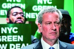 出遅れは挽回できるか・・・・・・(ビル・デブラシオ市長、右) (Bloomberg)